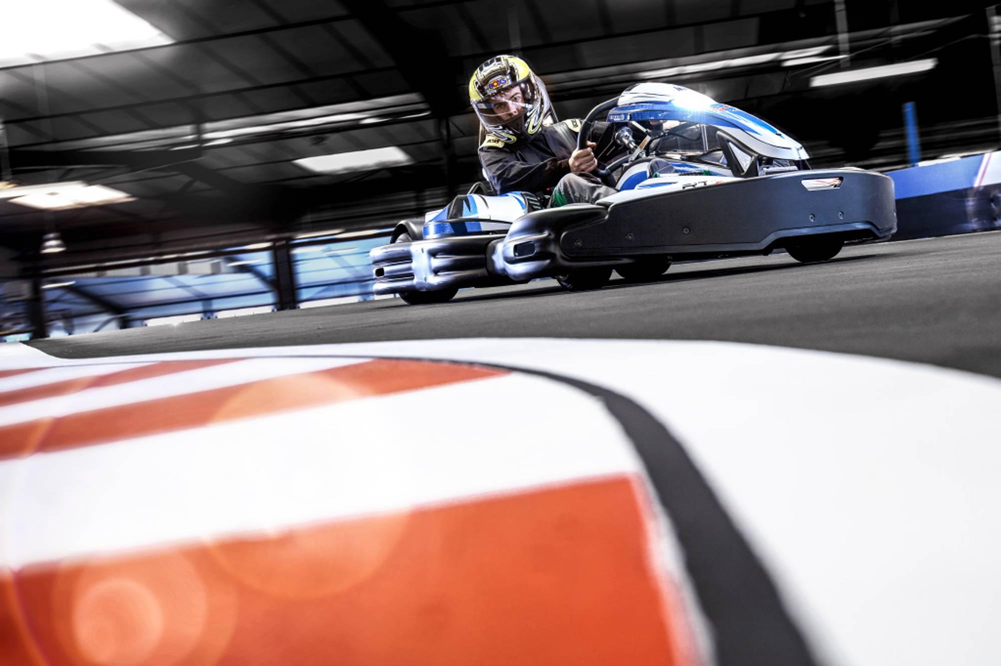 kart électrique puissant sur piste de karting multi-niveaux près de lyon